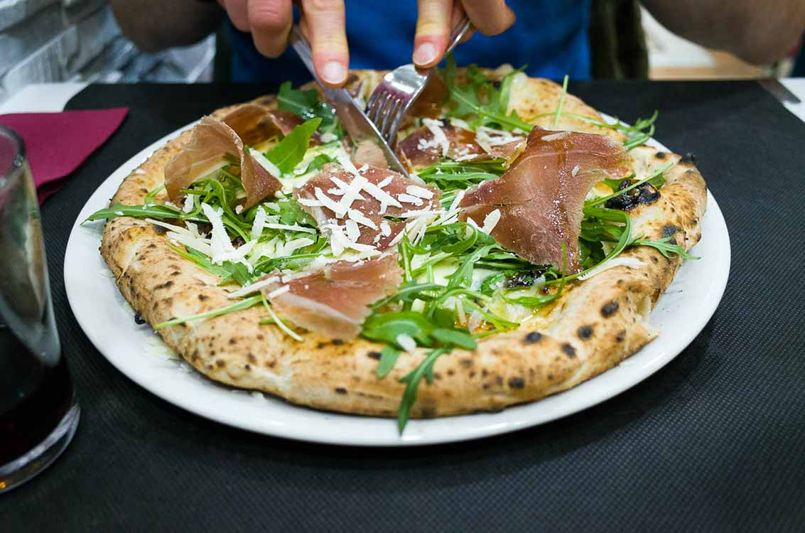 Best pizza in Bologna - pizza with ham and rocket salad