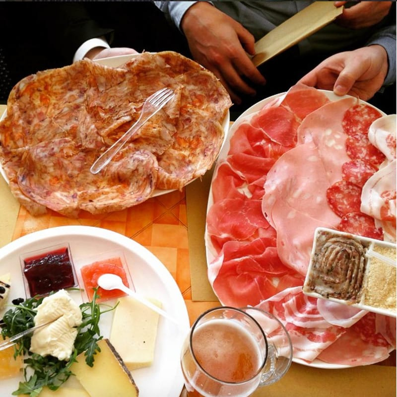 Insolito Bar Modena - Cured meat and cheese to eat with tigelle